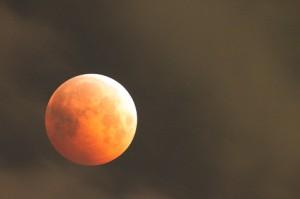 オレンジ色の皆既月食になった月が左に,光の天に見える天王星が右に見える。